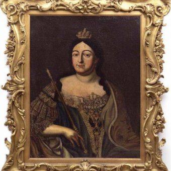 Slika carice Ane Ivanovne v veličastnem baročnem okvirju na Ruski dači.