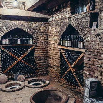 Vinska klet v Gruziji, kjer vino zori v velikih glinenih vrčih