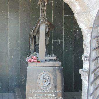 Grobnica Gribojedova v Tbilisiju, kjer je na spomeniku upodobljena mlada princesa Nino, klečeča in solzna.