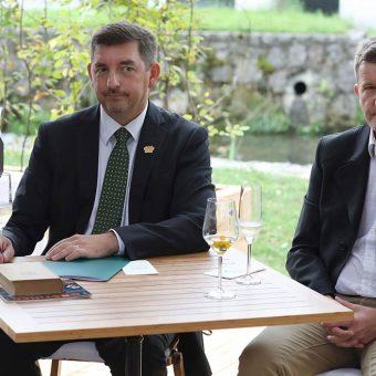 Aleš Musar in Robert Gorjak med predstavitvijo šampanjca Ruska dača