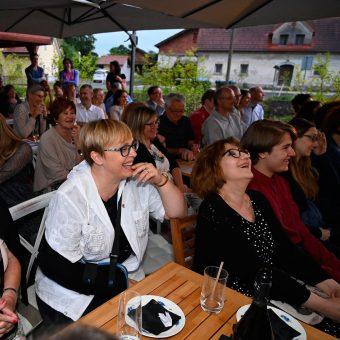 Navdušeni gostje med koncertom Alenke Godec na Ruske dači.