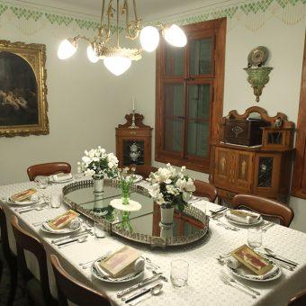 Miza pogrnjena za cesarsko večerjo v Ruski dači.