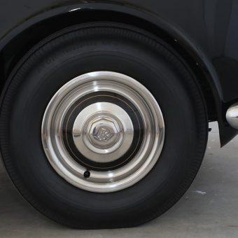 Rolls Royce znak na avtomobilskem kolesu