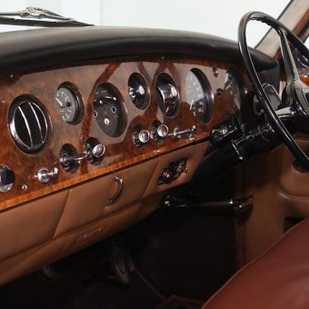 Pogled na armaturno ploščo in volan v Rolls Royceu