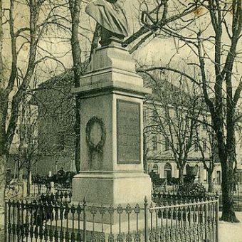 Razglednica doprsnega kipa feldmaršala Radetzkega na Kongresnem trgu leta 1906.