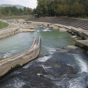 Reka Sava, kjer na njenih divjih brzicah pri Tacnu, potekajo tudi kajakaške tekme.