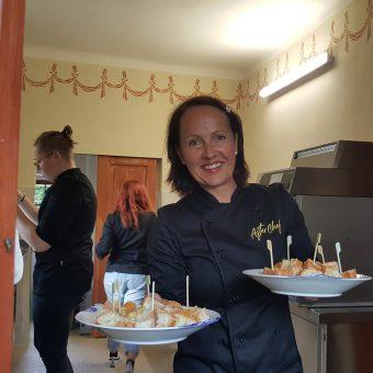 Tanja Pirc s slovensko dobrodošlico - kruhom, soljo in oljčnim oljem.