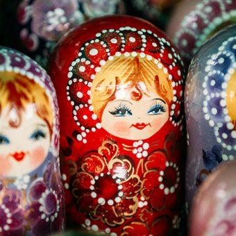 Dobrodušni, nasmejani dekliški obraz ruske matrjoške