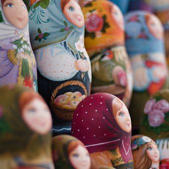 Matrjoške - lesene figurice kmečkih deklic z rutico na glavi in oblečene v narodno nošo