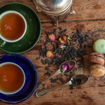 Pitje čaja hkrati pomirja, zmanjšuje stres in zbistri možgane.