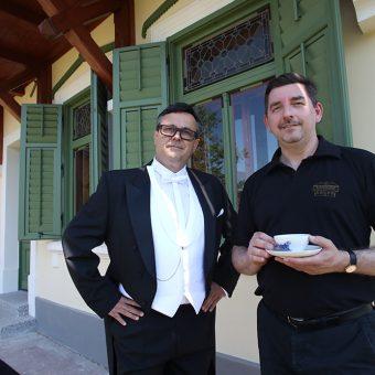 Franc Petrič v podobi Jerneja Kuntnerja ob pitju čaja z lastnikom Ruske dače