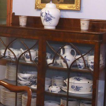Vitrina s porcelanom Royal Copenhagen v modri sobi Ruske dače