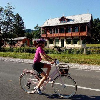 S kolesom mimo Ruske dače po zasluženem počitku. Foto: Tina Mušič.