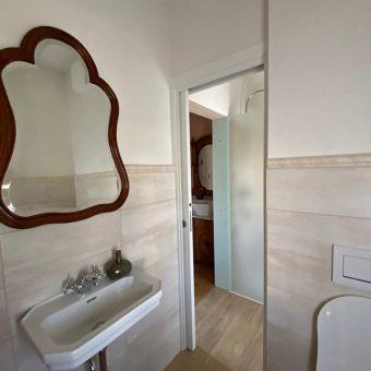 Kopalnica, ki spada k Petričevi spalnici v prvem nadstropju Ruska dače.
