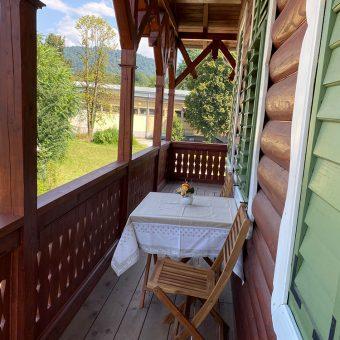 Balkon pred Petričevo spalnico, kjer lahko uživate v prekrasnem razgledu.