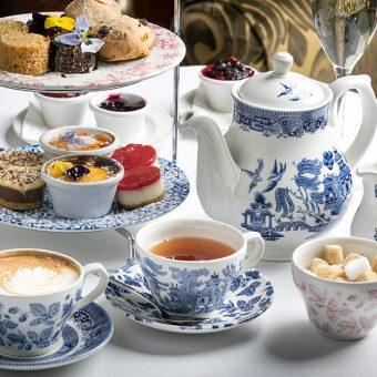 Popoldanski čaj ob petih je še danes priljubljena britanska tradicija.