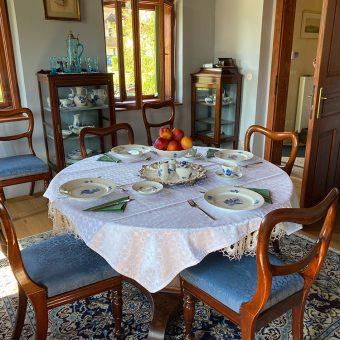 Modri salon v pritličju Ruske dače, kjer je postrežen zajtrk.