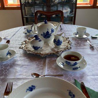 Zajtrk, postrežen v modrem salonu Ruske dače.